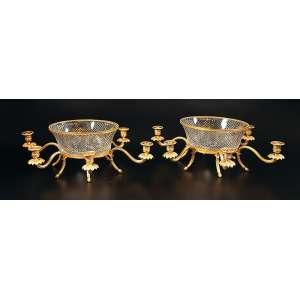 Par de centros de mesa de cristal de Baccarat lapidado, estilo e época Napoleão III. Suporte em bronze banhado a ouro com seis castiçais cada. 55 x 40 x 18 cm de altura. França, séc. XIX.