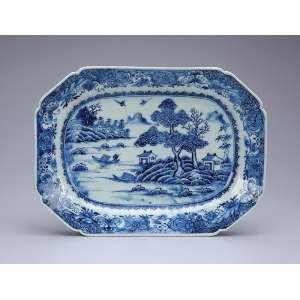 Travessa de porcelana azul e branca, Cia das Índias, retangular e recortada, aba com borboletas e flores. No plano, paisagem lacustre com edificações. 28,5 x 21 cm. China. Qing Qialong (1736-1795).