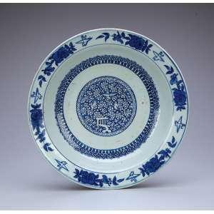 Raro medalhão de porcelana azul e branca, circular e fundo, borda floral e plano com reserva de frutos e pássaros. Sob a orla elementos repetitivos. 35 cm de diâmetro. China. Dinastia Ming (1368-1644).