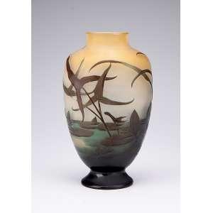 GALLÉ Vaso de vidro artístico, formato ovalado e achatado, decorado com arbustos e flores lacustres em tons de verde sobre fundo amarelado. 23 cm de altura. Assinado. França, séc. XX.