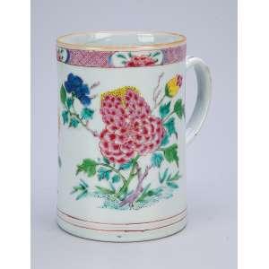 Grande caneca de porcelana Cia das Índias, bojo decorado com folhas e flores em esmaltes da Família Rosa. 11 cm de diâmetro x 16 cm de altura. China. Qing Qianlong (1736-1795).