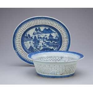 Cesto para pão com seu présentoir de porcelana azul e branca, partes fenestradas e caldeira com pagodes, arbustos e ponte. 25 x 22 x 9 cm, o cesto 28,5 x 25cm o présentoir. China, séc. XVIII.