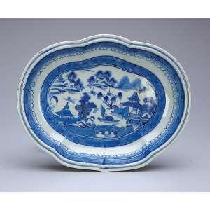 Covilhete de porcelana azul e branca, Cia das Índias, decoração Macau, ovalado e recortado, no plano, paisagem lacustre. 26 x 20 cm. China, séc. XIX.