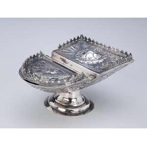 Naveta de prata repuxada e cinzelada, decoração floral. 14,5 x 10,5 x 8 cm de altura. Sem contrastes. Séc. XIX.