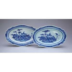 Par de pequenas travessas de porcelana azul e branca Cia das Índias, ovaladas, borda recortada. Aba com elementos repetitivos e bambu. 29 x 18,5 cm. China, séc. XVIII.