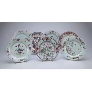 Coleção de sete pratos de porcelana Cia das Índias com diferentes decorações em esmaltes da Família Rosa. 23 cm de diâmetro. China, séc. XVIII/XIX. (um com restauro na aba).