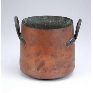 Panela de cobre com duas alças laterais fixas. Formato cilíndrico. 17 cm de diâmetro por 19 cm de altura. Brasil, séc. XIX.