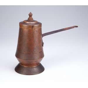 Chocolateira de cobre martelado e cabo longo de ferro forjado. Pega da tampa em pinha. 25 cm de altura. Brasil, séc. XIX.