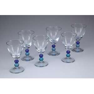 Conjunto de cinquenta cálices de meio cristal translúcidos, haste em círculos azuis, sendo 35 com 14 cm de altura e 15 com 15 cm de altura. Séc. XX.