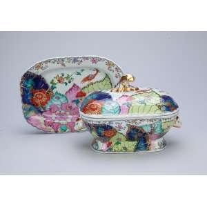 Sopeira miniaturizada com seu preséntoir de porcelana Vista Alegre, decoração conhecida como as Folhas de Tabaco chinesas. 16,5 x 12,5 x 12 cm de altura. (a sopeira) e 19,5 x 14 cm (o preséntoir). Portugal, séc. XX.