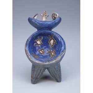 CASCELLA, Pietro (1921-?) Sem título. Escultura de cerâmica vitrificada em tons de azul; sobre três pés. 20 cm de altura. Assinada. Itália, séc. XX.