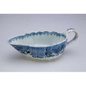 Molheira de porcelana Cia das Índias, oblonga, azul e branca. 23,5 x 11 x 8 cm de altura. China, Dinastia Qing.
