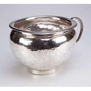 Vaso noturno de prata repuxada, batida e lisa, alça lateral. 19 cm de diâmetro x 14,5 cm de altura. Sem marcas, porém certamente Brasil, séc. XVII/XVIII.