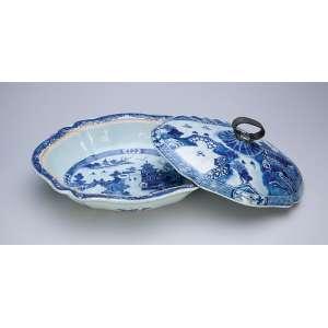 Legumeira com tampa de porcelana Cia das Índias, azul e branca, decorada com pagodes, (pega da tampa com antiga adaptação), 28 x 24 x 13 cm de altura. China, princípio do séc. XIX.