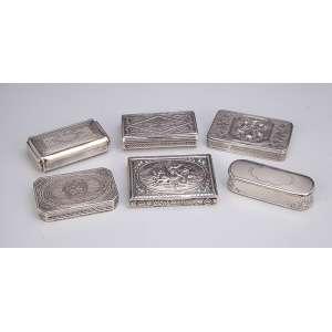 Coleção de seis requintadas tabaqueiras de prata, tamanhos diversos, sendo quatro com interior em vermeil. Origens diversas. 9 x 7 cm, a maior. Europa, séc. XIX.