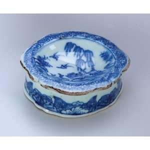 Saleiro de porcelana Cia das Índias azul e branca, ovalado e recortado. 8,7 x 7 x 3,4 cm. China. Qing Qianlong (1736-1795) (alguns desgastes na borda).