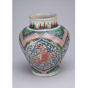 Vaso de porcelana policromada, decoração conhecida como WUCAI (cinco cores). Bojo com quatro reservas com peixes. 30 cm de altura. Dinastia Qing, provavelmente do período Kangxi (1662-1722). (Trinca no bocal}