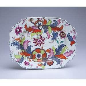 Travessa de porcelana Cia das Índias, policromada e dourada, decoração Folha de Chá, retangular com borda recortada. 33 x 25,5 cm. China, Qing Qianlong (1736-1795).