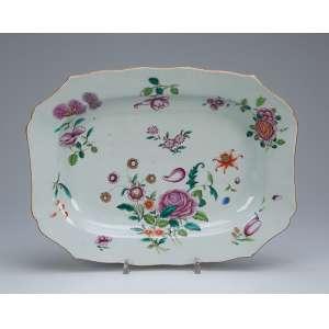 Travessa de porcelana Cia das Índias, retangular com aba recortada, decoração floral em esmaltes da Família Rosa. 35 x 27 cm. China, Qing Qianlong (1736-1795).