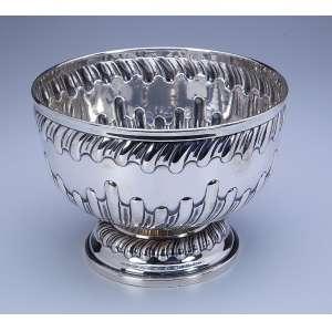 Bowl de prata repuxada, bojo e base decorados com caneluras curvados. 20 cm de diâmetro x 15 cm de altura. Marca da prataria União, de teor 833. Brasil, séc. XX.