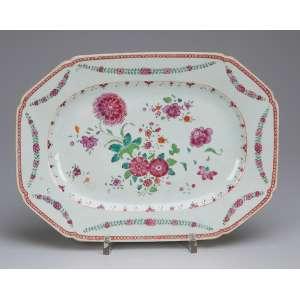 Pequena travessa de porcelana Cia das Índias, retangular, aba com guirlandas e caldeira floral em esmaltes da Família Rosa. 28,5 x 21 cm. China, Qing Qianlong (1736-1795).
