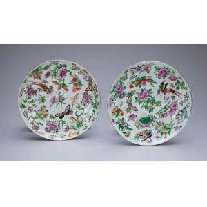 Par de pratos para sobremesa, de porcelana Cia das Índias, policromados e dourados, decorados com pássaros, borboleta, flores e legumes. 20 cm de diâmetro. China. Qing Jiaqing (1796-1820).