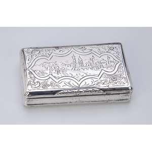 Porta drágeas de prata repuxada e burilada, retangular. 7,5 x 4,5 cm. Brasil, séc. XIX.