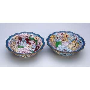 Par de pequenos bowls de cloisonné, decoração floral policrômica. 13 cm de diâmetro. China, séc. XX.