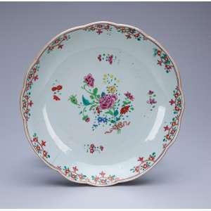 Covilhete circular, borda recortada, de porcelana Cia das Índias, decoração floral, esmaltes da Família Rosa. 22 cm de diâmetro. China, séc. XVIII. (pequeno cabelo na aba).