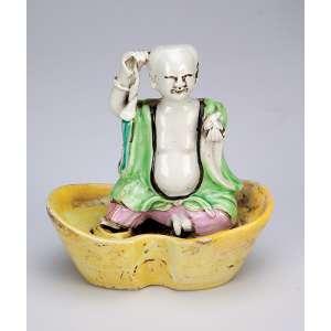 Figura de sábio, moldada em porcelana Cia das Índias, policromada, sobre base <br />em formato de barca. 12,5 cm de altura. China, séc. XVIII.