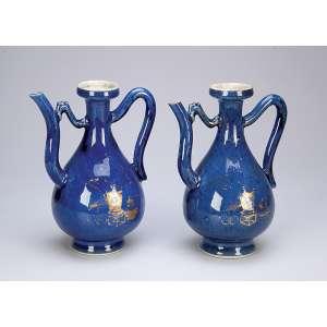 Par de jarras de porcelana powder blue, bojo com vestígios de pintura em douração. <br />17,5 cm de altura. China, Qing Kangxi (1662-1722).
