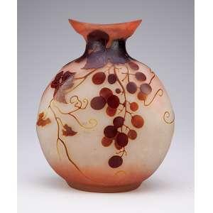 GALLÉ. Vaso de vidro artístico, formato de cantil, bocal evasé. Bojo decorado com folhas e frutos, <br />em tons de marrom sobre fundo cinza amarelado. 23 cm de altura. Assinado, França, séc. XX.