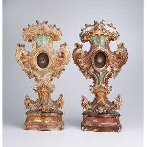 Par de relicários de madeira patinada e dourada, entalhes barrocos com conchas e volutas. <br />60 cm de altura. Brasil, séc. XVIII.