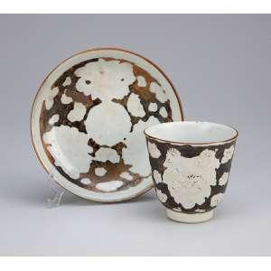 Xícara e pires de porcelana Cia das Índias, com desgastes. Parte de carga de galeão espanhol <br />afundado em 1678 no Caribe. China, Qing Kangxi (1662-1722).