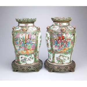 Par de importantes potiches de porcelana Cia das Índias, decoração mandarim. <br />Base e bocal de bronze fenestrado. 44 cm de altura. China, séc. XIX.