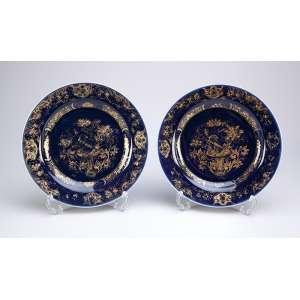 Par de pratos rasos de porcelana Cia das Índias, decoração powder blue, esmalte azul <br />com pintura a ouro. 22,3 cm de diâmetro. China, Qing Qianlong (1736-1795).