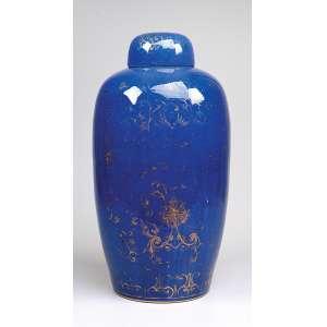 Grande potiche com sua tampa de porcelana Cia das Índias, powder blue, bojo decorado com flores em <br />douração. 46 cm de altura. China, Qing Kangxi (1662-1722). (apresenta pequeno orifício na parte baixa do bojo).