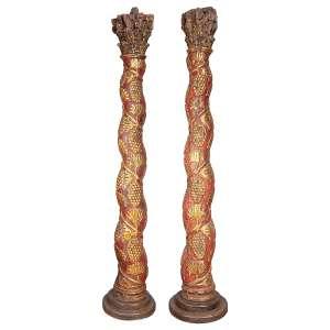 Par de elegantes colunas salomônicas, esculpidas em madeira patinada de <br />vermelho e ornadas com pinhas douradas. 212 cm de altura. Brasil, séc. XVIII.