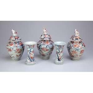 Garniture de chaminé, de porcelana constituída por três potiches e dois vasos. Decoração padrão Imari. <br />24 cm de altura, os potiches e 15,5 cm de altura os vasos. Japão, séc. XIX.