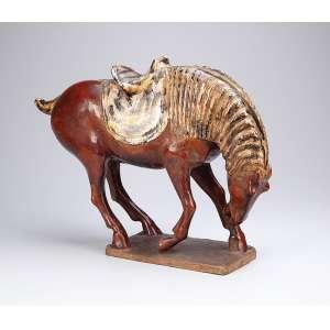 Cavalo de cerâmica policromada, à maneira das peças do período Tang. Movimento e proporções <br />de rara elegância. 50 x 14 x 36 cm de altura. China, séc. XIX.