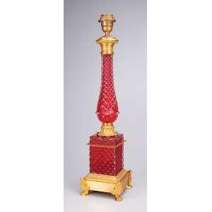 Pé de abajur de cristal rubi, lapidação bico de jaca, provavelmente de Baccarat. <br />Base e bocal de bronze dourado. 59 cm de altura. França, séc. XIX. (sem cúpula).