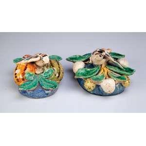 Dois floreiros de parede, cerâmica policromada, uma com frutos e pássaro, o outro com vegetais <br />e pássaro. 15,5 x 15 x 10 cm, o maior. China, séc. XVIII.