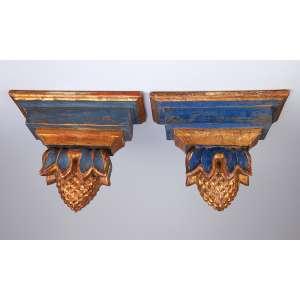 Par de peanhas de madeira patinada de azul real com abacaxi e detalhes em douração. <br />Platô mede 30 x 13 cm e 23 cm de altura. Brasil, séc. XIX.