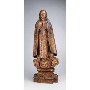 Nossa Senhora. Imagem de madeira com vestígios de pátina e douração, sobre nuvem com três cabeças de anjos. <br />Base pedestal. 75 cm de altura. Europa, séc. XVIII/XIX.