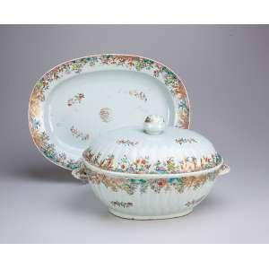 Sopeira com seu présentoir, de porcelana Cia das Índias, ovalada, decoração floral em esmaltes, <br />da Família Rosa. Alças laterais em forma de folha (uma com pequeno lascado), pega da tampa em pinha. <br />40 x 29,5 cm, o présentoir e 30,5 x 25 x 20 cm de altura, a sopeira. China, Qing Qianlong (1736-1795).