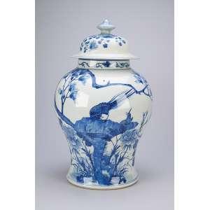 Importante potiche com tampa, de porcelana Cia das Índias, azul e branco, bojo decorado com flores <br />e pássaros. 41 cm de altura. China, Qing Kangxi (1662-1722).