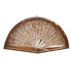 Leque com varetas de madrepérola e rendado, acondicionado em caixa de madeira com douração. <br />43 x 24,5 x 4,5 cm. Brasil, séc. XX.