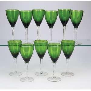 Conjunto de 11 taças de pé alto, de cristal verde e branco. <br />18 cm de altura. Europa, séc. XX.
