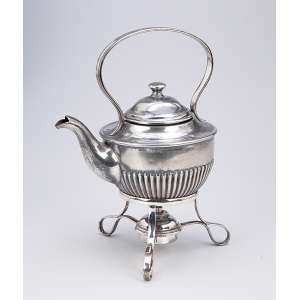 Bule para chá e fogareiro de metal prateado inglês. 26 cm de altura. Séc. XX.