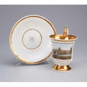 Xícara com pires, de porcelana, decorados com frisos em ouro, no bojo da xícara com Vista <br />Das Cássino des Prinzen bei Potsdam. Marcas para Berlim, 1830-40.